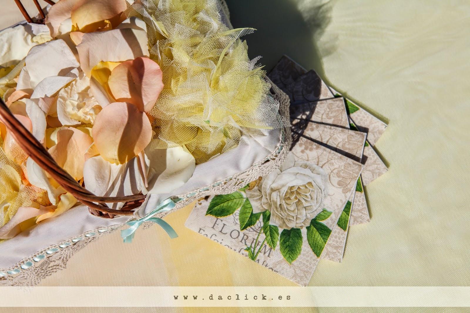 cesto con pétalos de flores para boda