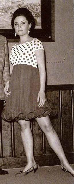 Anne (Barbara Parkins) vestido de poa