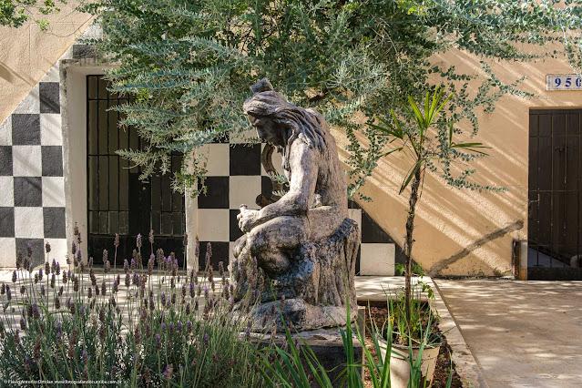 Escultura de um pedreiro na Loja Simbólica Fraternidade Paranaense nº 5