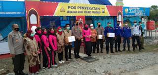 Ketua Bhayangkari Pangkep Beri bingkisan Kepada petugas Jaga Pos Penyekatan