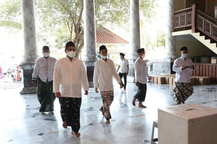Cegah Penyebaran Covid-19, Taj Yasin Imbau Masyarakat Hindari Bersalaman