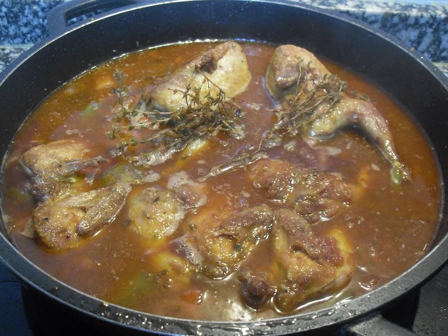 Cubierta las codornices con el caldo de verduras.