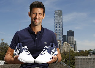 Novak Djokovic bergambar dengan kasut Gel Resolution Novak