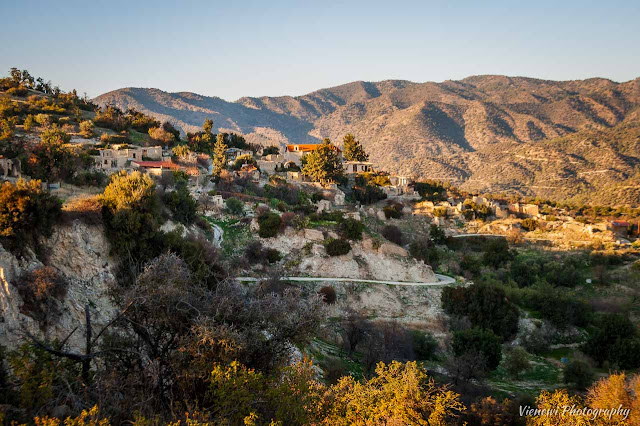 Widok na opuszczoną część wioski Mathikoloniki znajdującej sie na wzgórzu z osuwającym sie gruntem.