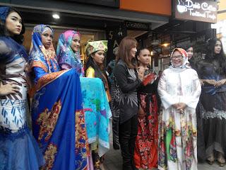 6 model membawakan rancangan Desy & Gita