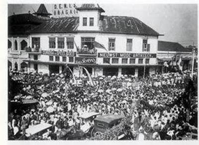 "Sejarah Kota Bandung     Kota Bandung tidak berdiri bersamaan dengan pembentukan Kabupaten Bandung. Kota itu dibangun dengan tenggang waktu sangat jauh setelah Kabupaten Bandung berdiri. Kabupaten Bandung dibentuk pada sekitar pertengahan abad ke-17 Masehi, dengan Bupati pertama tumenggung Wiraangunangun. Beliau memerintah Kabupaten bandung hingga tahun 1681. Semula Kabupaten Bandung beribukota di Krapyak (sekarang Dayeuhkolot) kira-kira 11 kilometer ke arah Selatan dari pusat kota Bandung sekarang. Ketika kabupaten Bandung dipimpin oleh bupati ke-6, yakni R.A Wiranatakusumah II (1794-1829) yang dijuluki ""Dalem Kaum I"", kekuasaan di Nusantara beralih dari Kompeni ke Pemerintahan Hindia Belanda, dengan gubernur jenderal pertama Herman Willem Daendels (1808-1811). Untuk kelancaran menjalankan tugasnya di Pulau Jawa, Daendels membangun Jalan Raya Pos (Groote Postweg) dari Anyer di ujung barat Jawa Barat ke Panarukan di ujung timur Jawa timur (kira-kira 1000 km). Pembangunan jalan raya itu dilakukan oleh rakyat pribumi di bawah pimpinan bupati daerah masing-masing.  Di daerah Bandung khususnya dan daerah Priangan umumnya, Jalan Raya pos mulai dibangun pertengahan tahun 1808, dengan memperbaiki dan memperlebar jalan yang telah ada. Di daerah Bandung sekarang, jalan raya itu adalah Jalan Jenderal Sudirman - Jalan Asia Afrika - Jalan A. Yani, berlanjut ke Sumedang dan seteru"