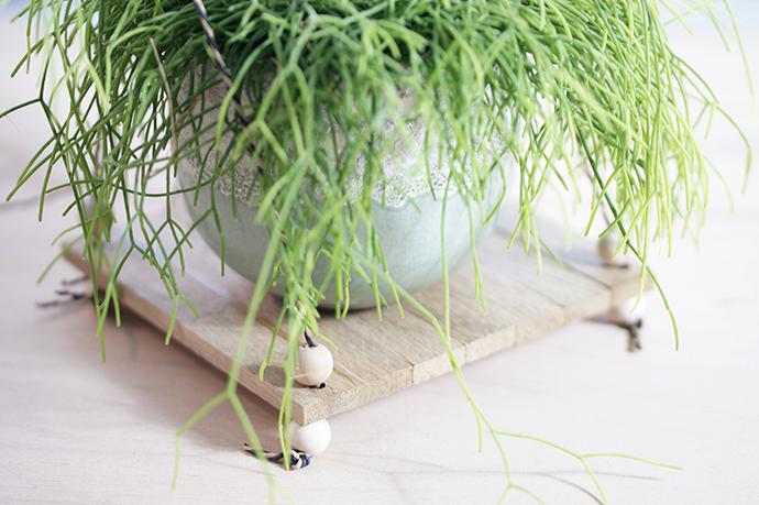 DIY Blumenampel | Stäbchenparkettplatte, Holzkugel und Schnur... Fertig!