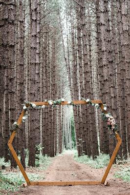 Estructura decorativa de gran tamaño en un bosque