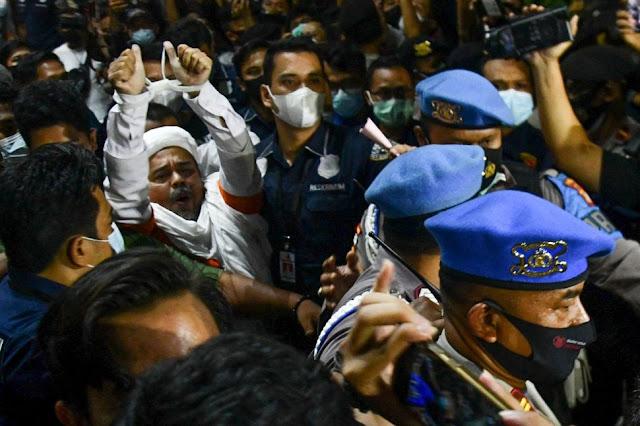 Pakai Rompi Oranye dan Tangan Diikat, Habib Rizieq Dijebloskan ke Sel Tengah Malam