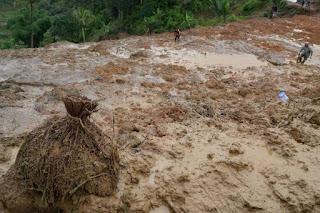 Relawan tengah mencari korban bencana longsor di Cisolok, Sukabumi, Jawa Barat, Selasa (1/1/2019) - Foto/KOMPAS.com