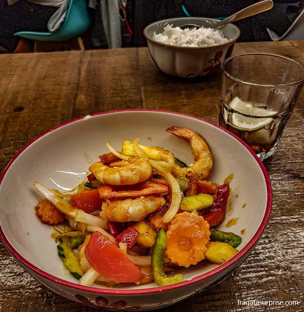 Camarões com abacaxi do restaurante Le Petit Bangkok, em Barcelona