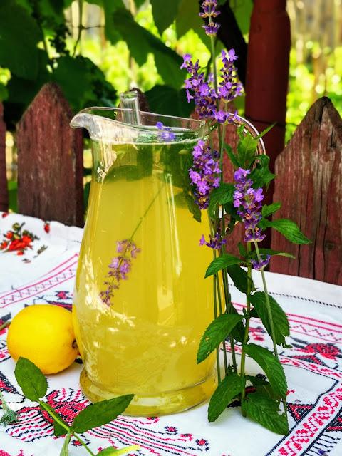 Limonada cu menta și lavanda