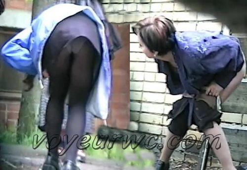Girls hidden behind walls to take a piss (Zosmar wc 03)