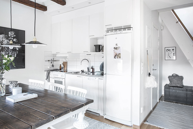 Un pequeño piso abuhardillo en blanco y gris