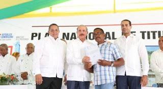 BARAHONA: Medina entrega 1,744 títulos definitivos a parceleros