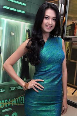 Galeri Foto Cantik Sylvia Fully pakai gaun ketat
