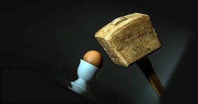 مطرقة على بيضة