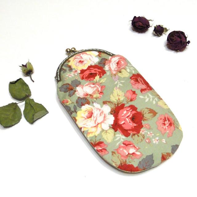 Женский очечник с фермуаром - зеленый чехол с розами, натуральный хлопок. Хорошо защищает стекла от мелких механических повреждений.