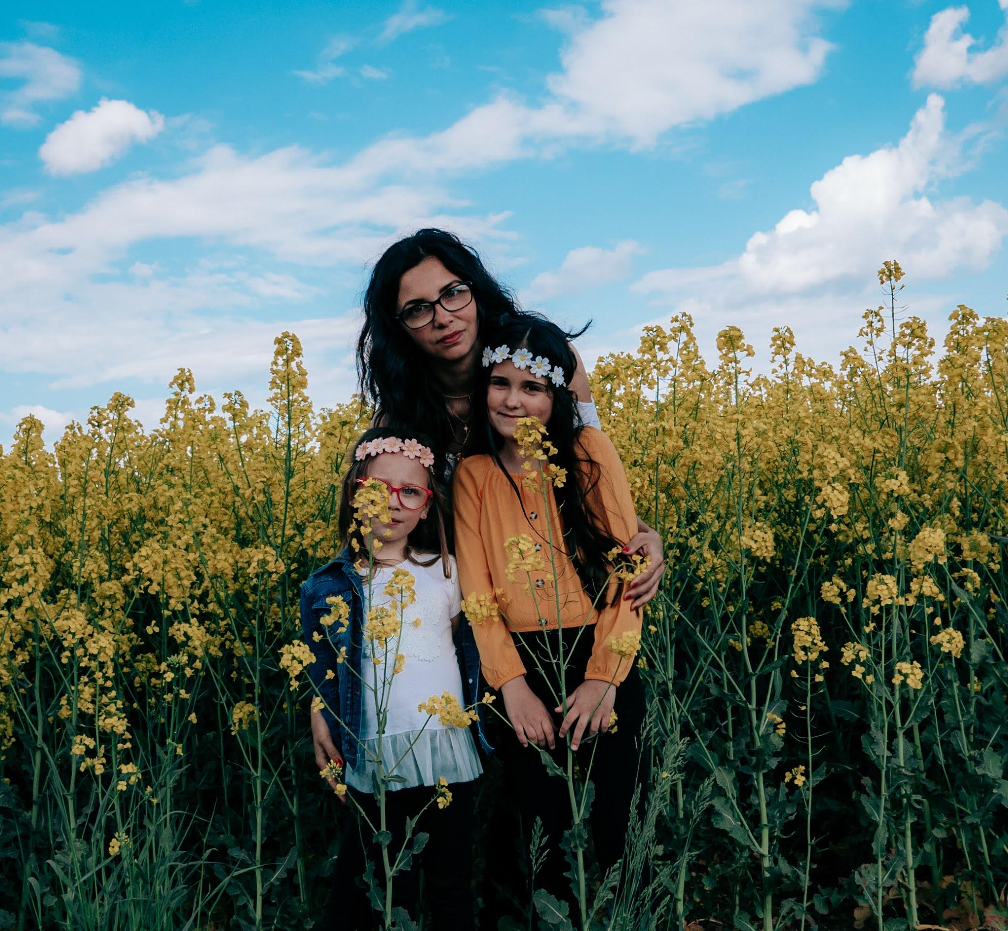 Rodzinna sesja zdjęciowa na polu rzepaku