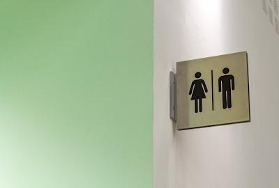 Propreté et hémorroïdes: une étude de prudence sur l'utilisation des téléphones mobiles dans les toilettes