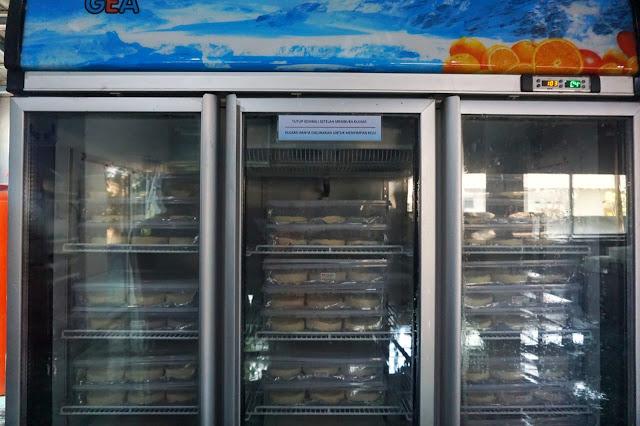 Hasil produksi disimpan dalam lemari pendingin