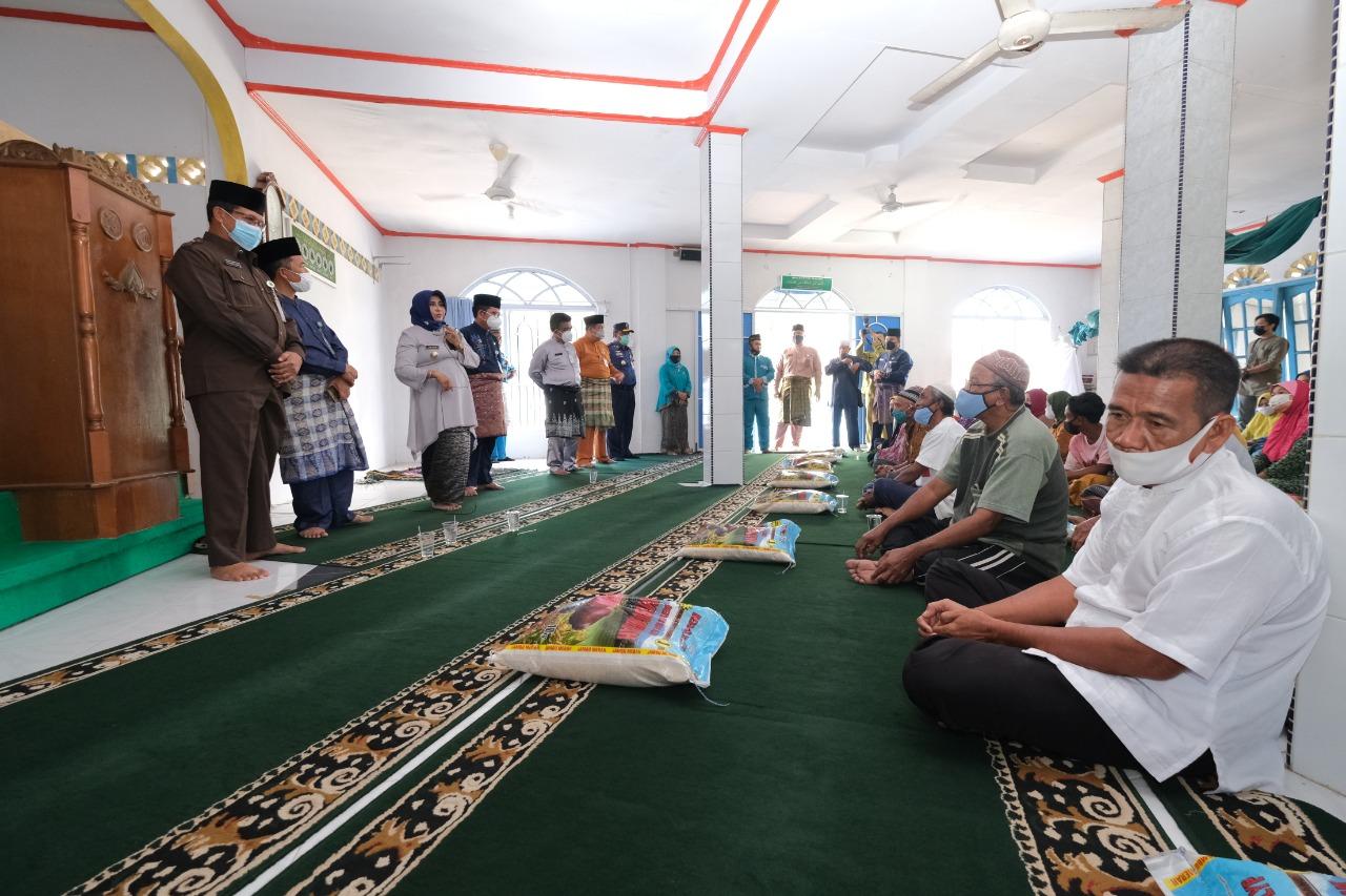 Baznas Kota Tanjungpinang Distribusikan Dana Zakat Dari ASN Pemko Tanjungpinang kepada Mustahik di Kelurahan Kampung Bugis