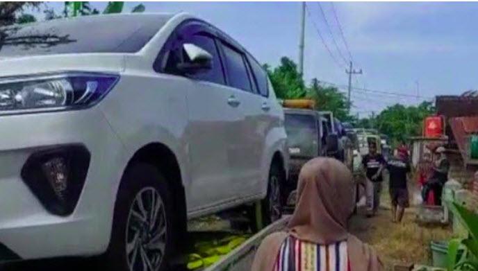 Uang pembebasan lahan 8 M cair, warga Tuban borong Ratusan Mobil