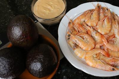 Ingredientes para aguacates con langostinos y salsa cóctel