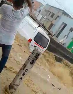 Arroyo de Barranquilla toma fuerza, una vans  fue la victima