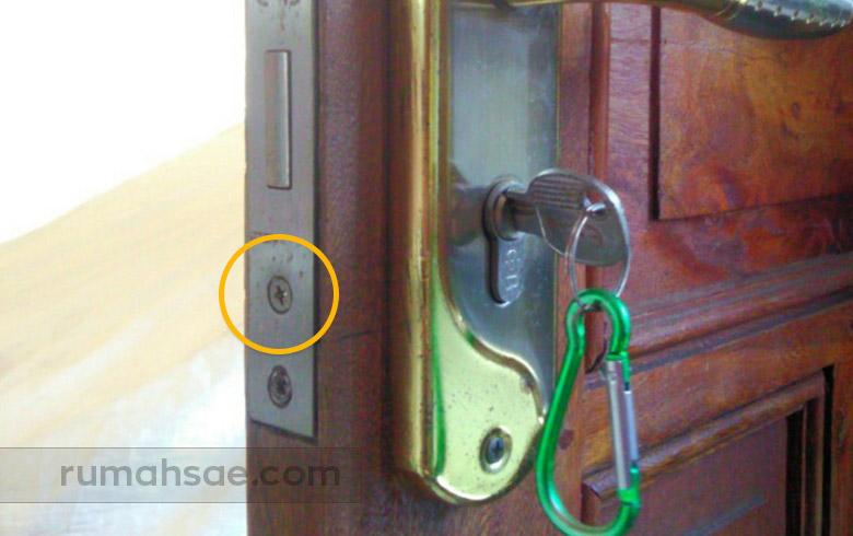 Cara Mengganti Silinder Kunci Pintu Rumah Itu Mudah