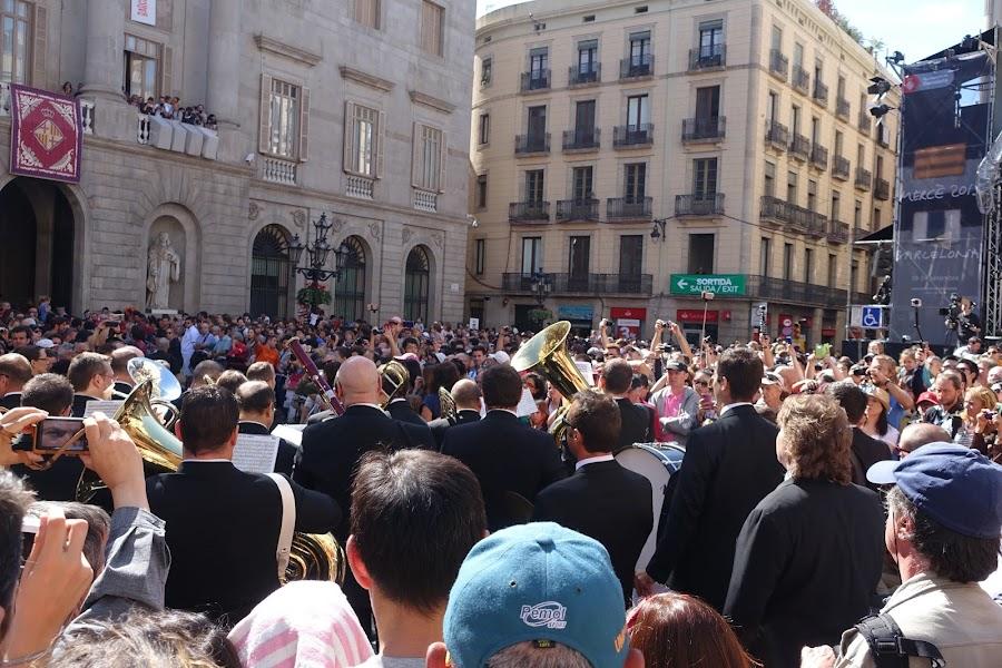 メルセ祭 ワシとバルセロナ市の巨人人形のダンス (Balls de l'Àliga i dels Gegants de la Ciutat)