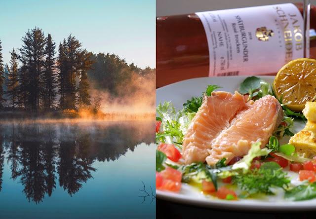 Lachs Tranchen mit kross angebratener Sesam-Polenta auf Blattsalat vom Indischen Senf und Brunnenkresse mit Leindotteröl-Vinaigrette und Rosé Wein von der Nahe.