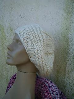 gorro com o modelo boina tricotado com lã de ovelha na cor clara