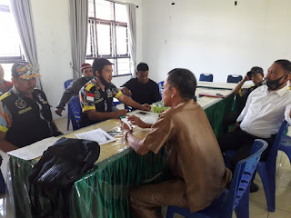 LSM GMBI distrik Pangkep mengawal Kadus Taman Roja roja dalam mediasi di Kantor Camat Labakkang