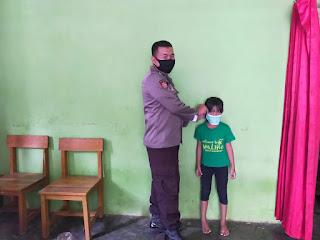 Bhabinkamtibmas Polsek Cendana Bagi Masker dan Imbau Warga Terapkan Prokes