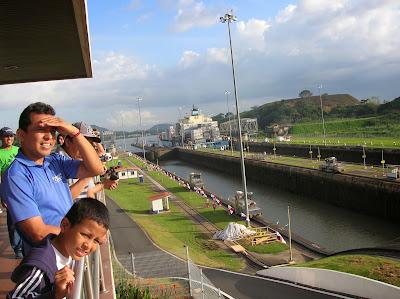 Esclusa Miraflores, canal de Panamá, Panamá, round the world, La vuelta al mundo de Asun y Ricardo, mundoporlibre.com