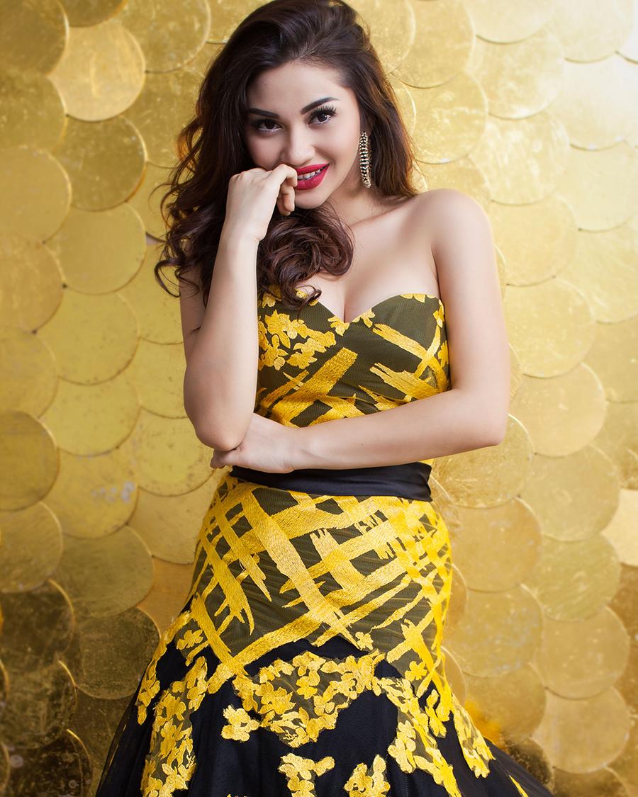 ariel tatum photoshoot baju kuning