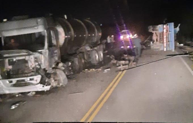 Acidente entre caminhões na PE-53 deixa um dos motoristas preso às ferragens e ele morre na rodovia
