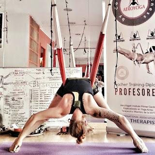 aeroyoga, yoga aereo, aerial yoga, air yoga, yoga aerea, trikonasana, posturas, triangulo, triangle, asana, meditacion, yoga, pilates, fitness, cursos, clases, escuelas, formacion, certificacion