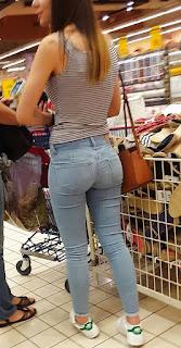 Linda chica delgada cola redonda parada jeans