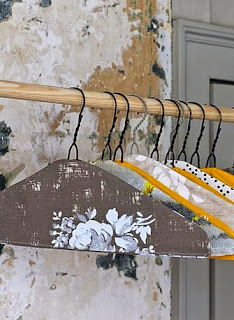 http://www.manualidadesblog.com/decora-tus-perchas-y-protege-tu-ropa/