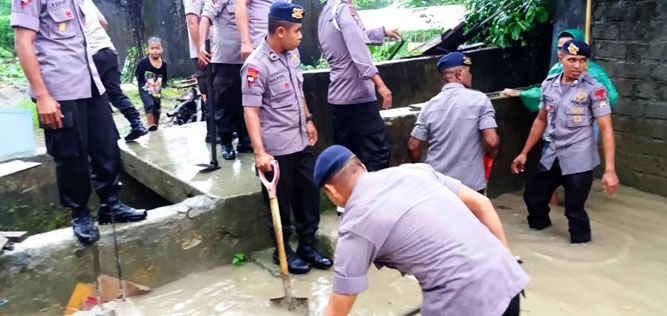 Personel Polri dari unsur Brimob maupun polres di Kota Ambon mendatangi sejumlah lokasi permukiman warga yang terkena bencana banjir guna mengantisipasi luapan air sungai.
