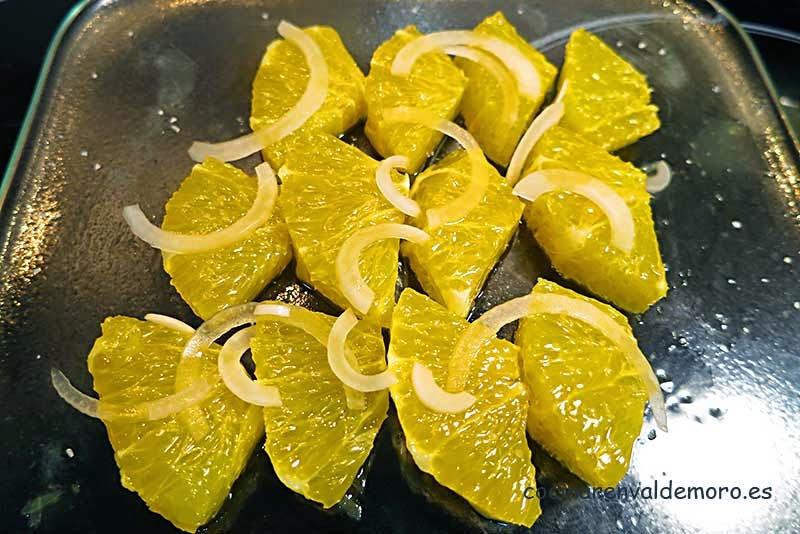 Echamos la cebolleta sobre la naranja