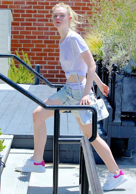 Elle Fanning sai sem sutiã e com calcinha para fora