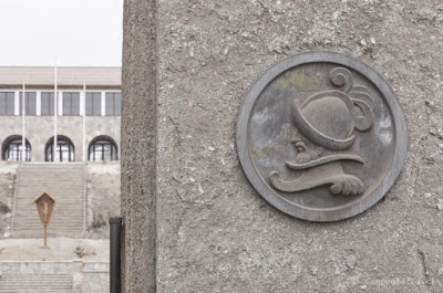 Detalle de grabado en antigua industria de cemento