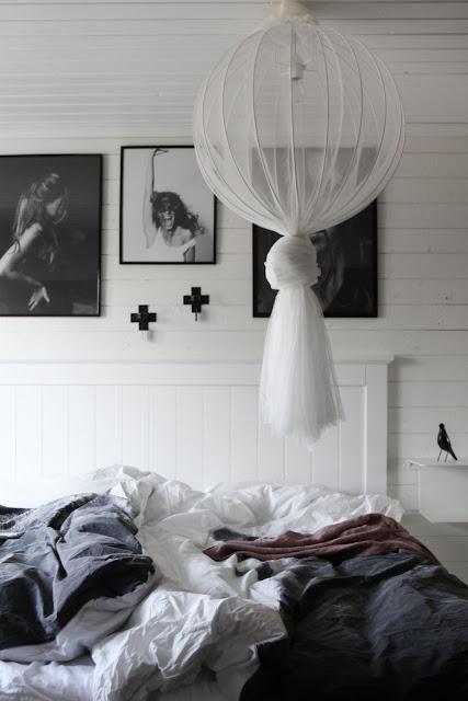 annelies design, webbutik, webbutiker, webshop, nätbutik, inredning, dekoration, sovrum, sovrummet, tavlor, tavelvägg, väggljusstake, små väggljusstakar, lättplacerad, små ljusstakar, vitt, grått, svart, svarta,