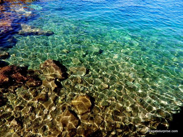 O mar cristalino da Ilha grega de Hidra