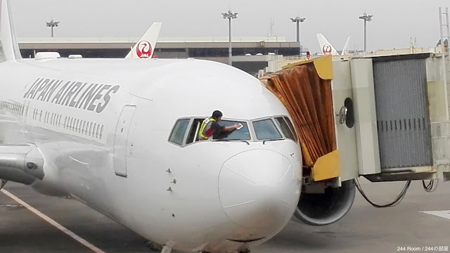 jal767-glass-wiping2