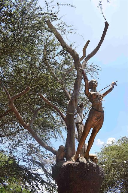 escultura de santa feita de bronze