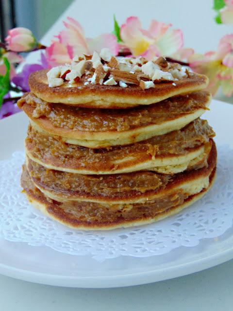 Jaglane pancakes z kremem migdałowo-miodowym